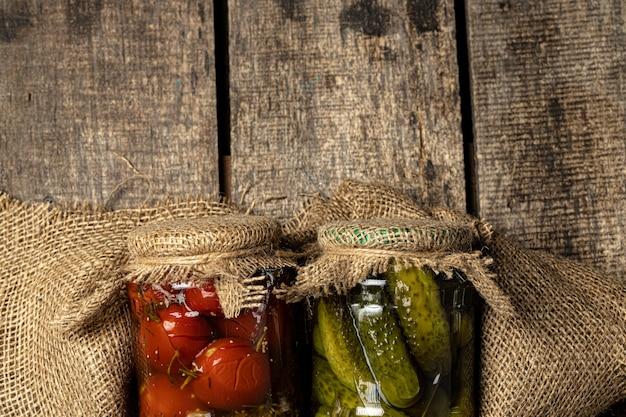 Баночки с различными маринованными овощами. закройте