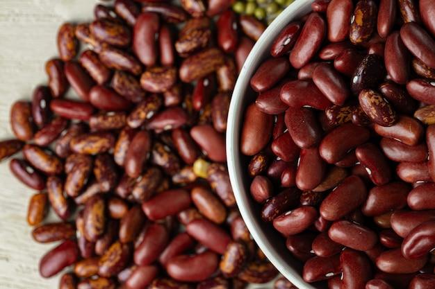 生の穀物やガラスの瓶に豆をクローズアップ。ビーガンとベジタリアン料理。