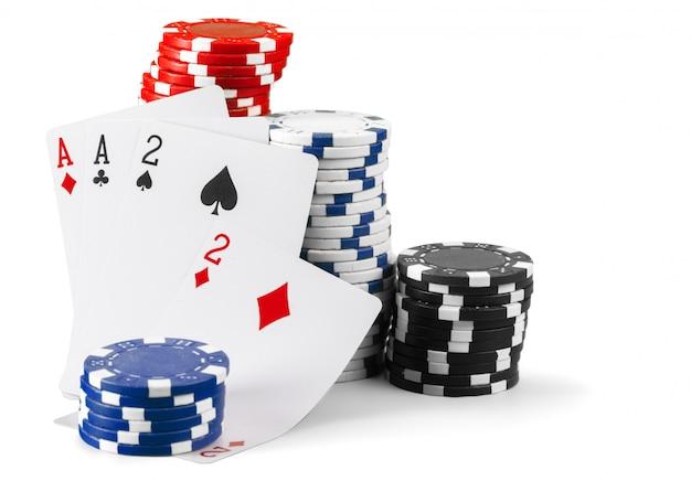白い背景で隔離のカジノチップ