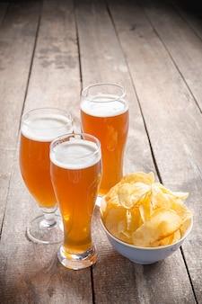 Стеклянное пиво на фоне дерева