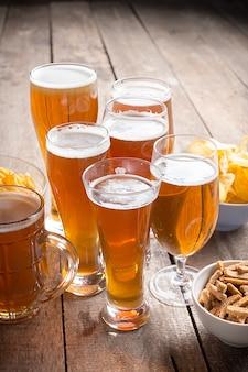 木材の背景にガラスビール