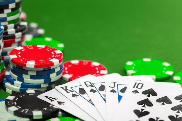 テーブルの上のポーカーチップ