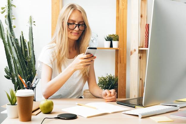 フリーランスの女の子が自宅で仕事、オンラインで仕事、ホームオフィス。コロナウイルスの流行中は家にいること。