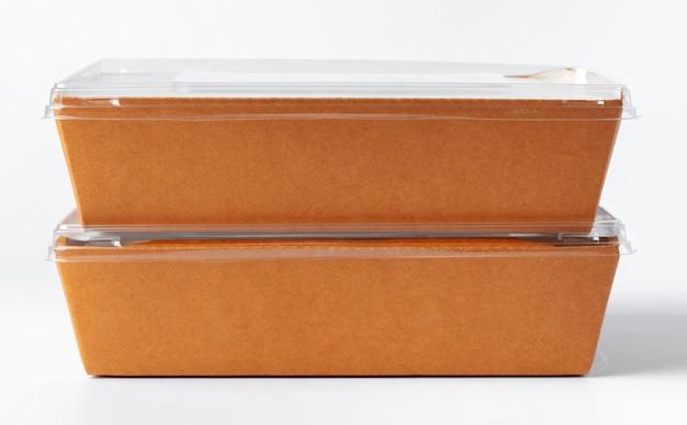 白で隔離される段ボールの茶色のフードボックスパック