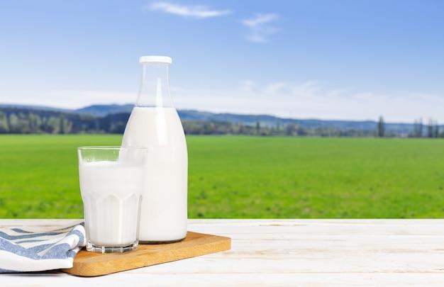テーブルの上の新鮮な牛乳