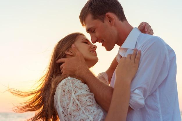 ロマンチックなカップルがビーチでキス