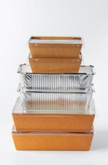 白い背景の上のリサイクル可能な食品包装のセット