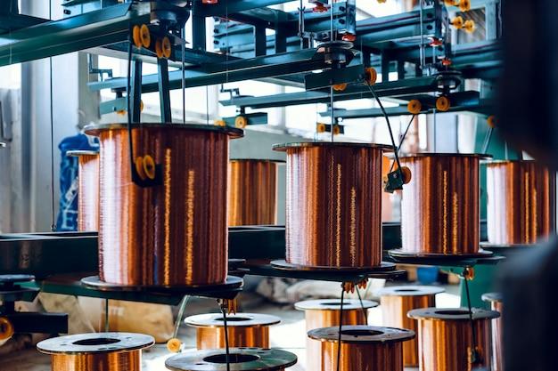 工場で銅線、ケーブルのリールの生産。ケーブル工場。