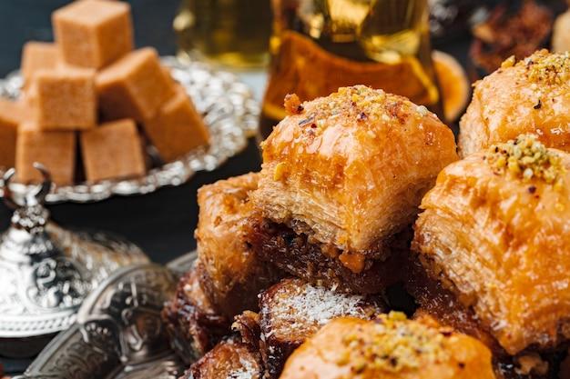 Турецкие арабские десерты на серебряной тарелке крупным планом