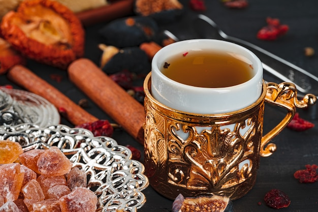 一杯のコーヒーとトルコの国立デザートの写真をクローズアップ
