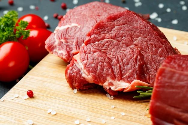 木の板に生の牛肉の切り身のスライス