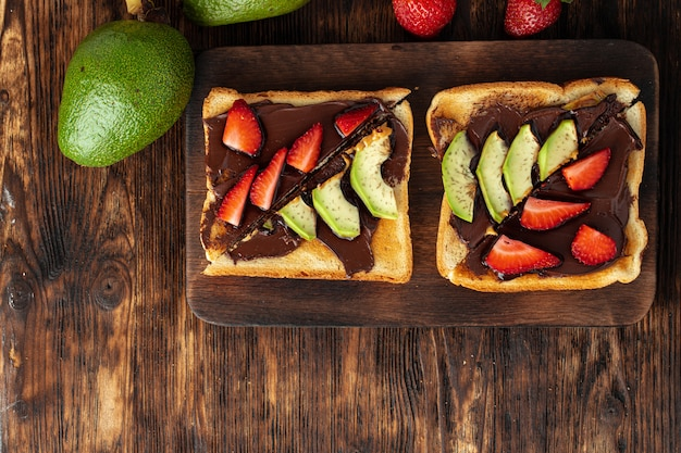 ピーナッツバターとフルーツピースのフレンチトースト