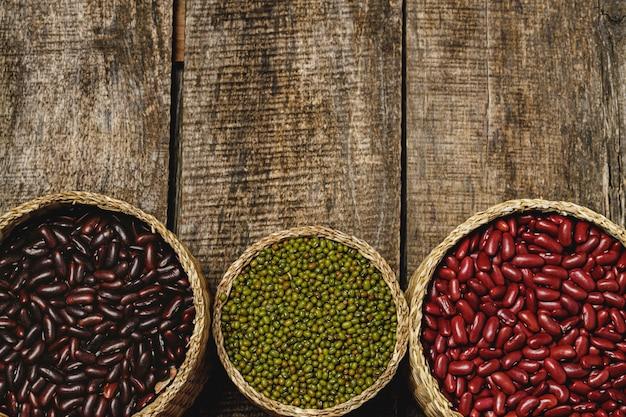 木製の背景に豆の品揃え。閉じる。