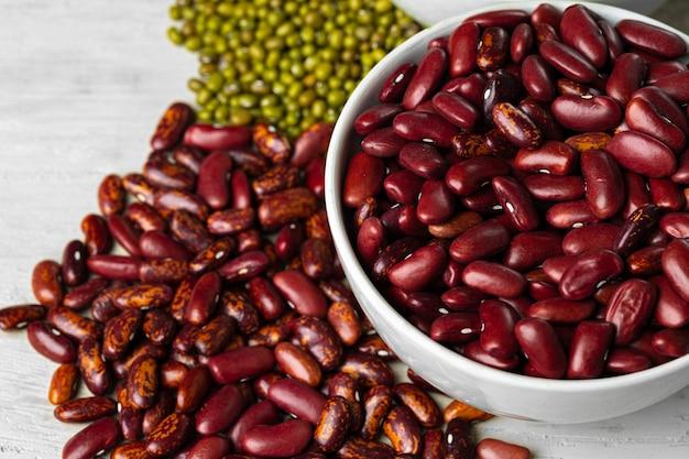 ガラスの瓶に生の穀物や豆をクローズアップ。ビーガンとベジタリアン料理。