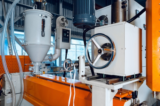 電気ケーブルを製造する新工場内。ケーブル製造。