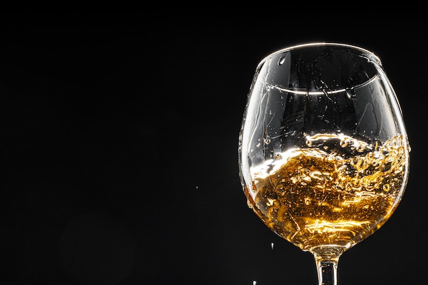 Бокал вина на черном фоне, крупным планом