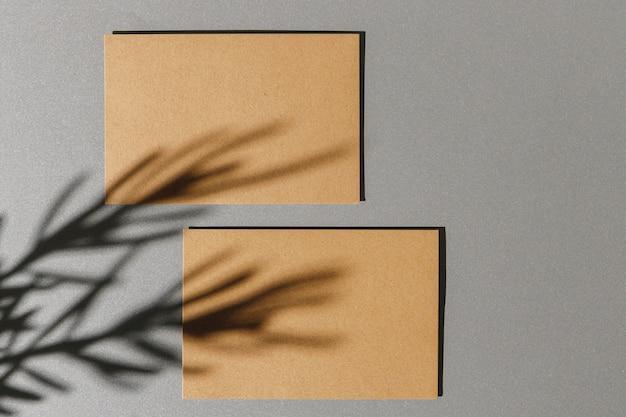 葉の影で用紙の背景に名刺