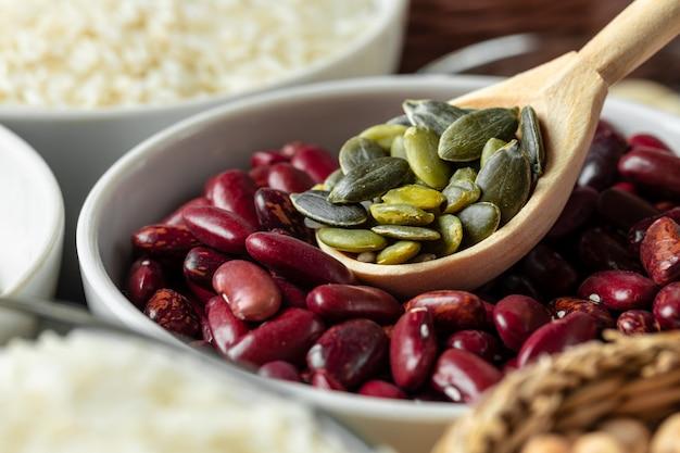 キッチンテーブルの上の雑穀と白いセラミックボウル