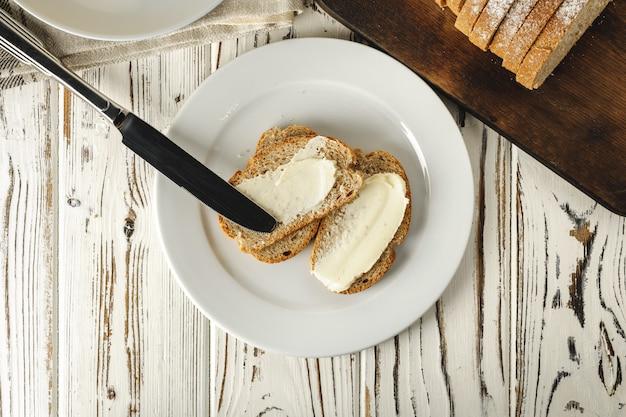 Простой завтрак. поджаренный хлеб с маслом