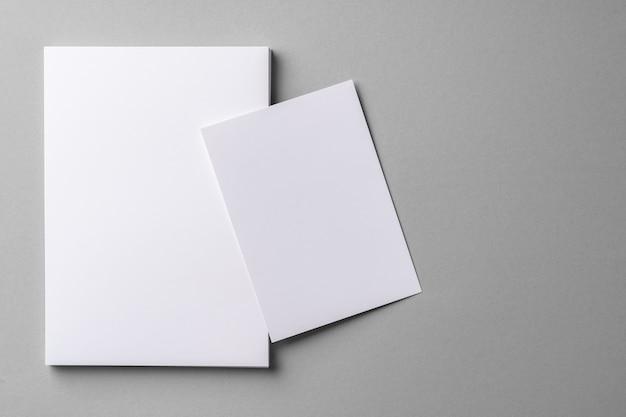 ビジネスは灰色のコピースペースでカードを模擬