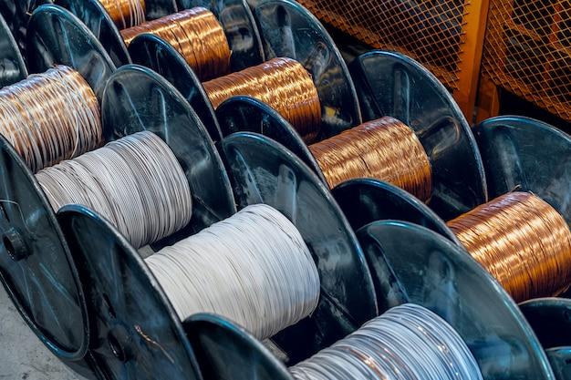工場での銅線、ケーブルのリールの生産。ケーブル工場。