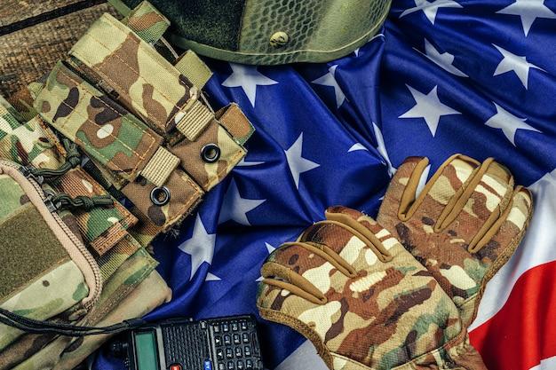 Военные боеприпасы на флаге сша крупным планом