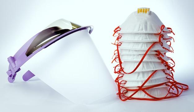 医療フェイスシールドと白い背景の上の防護マスク