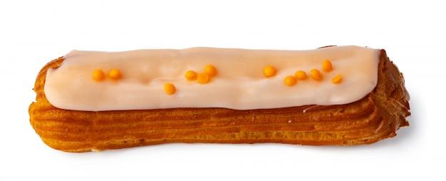 Глазированный эклер десерт на белом фоне
