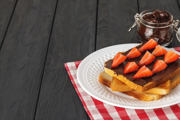 Поджаренный хлеб с шоколадной пастой и клубникой