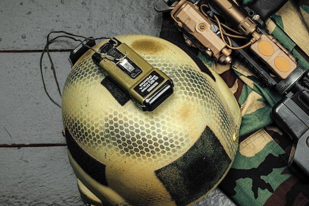 Американский военный шлем на деревянном фоне крупным планом