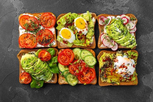 Ассорти из веганских бутербродов с авокадо и помидорами