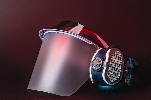 フェイスシールドと医療用フェイスマスク。コロナウイルスの概念に対する保護