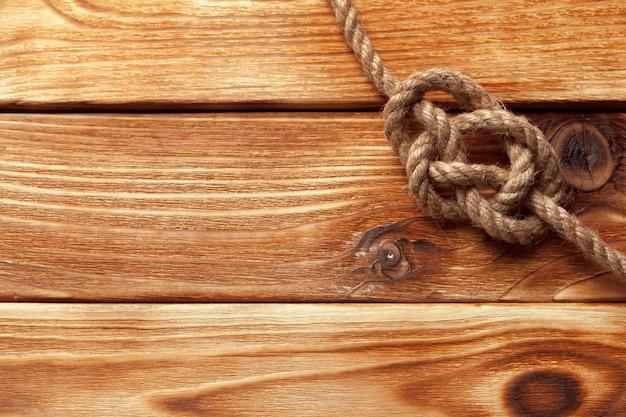 木製のテーブルで船のロープ