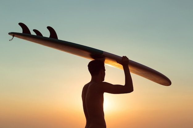 日没時のサーファー。