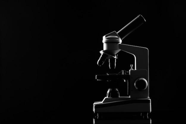 Лабораторный микроскоп на столе в темноте