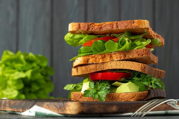 Здоровый бутерброд с овощами на темном деревянном фоне