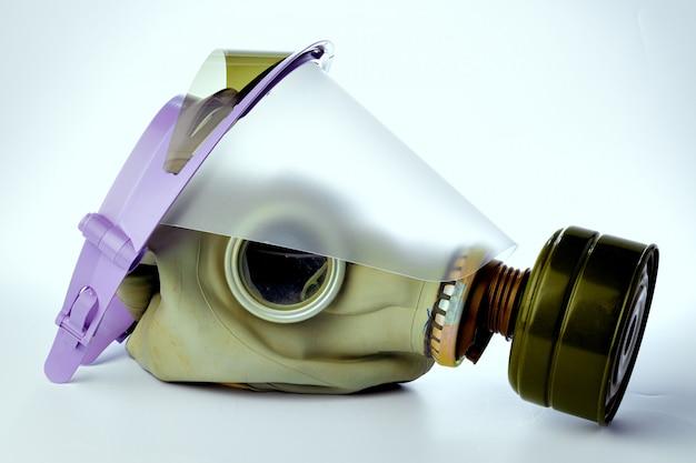 白い背景の上の医療の顔シールド付き防毒マスク