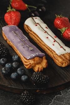 Эклер торт с ягодами крупным планом