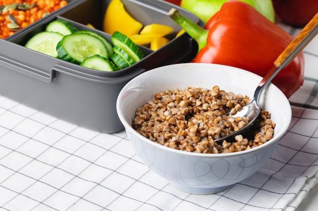 調理済み食品とプラスチック製のランチボックスの写真をクローズアップ