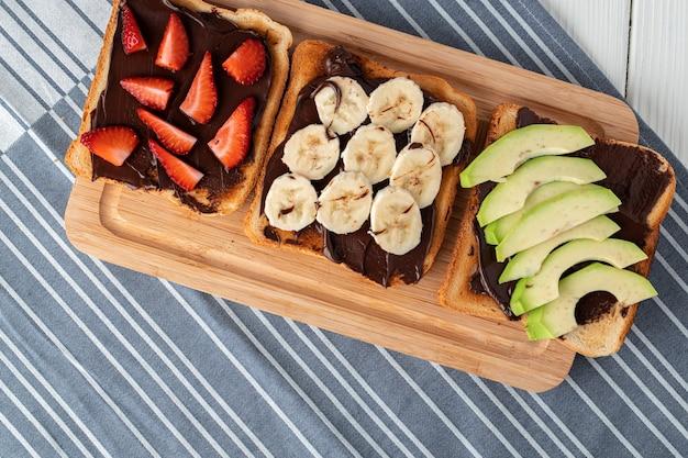 チョコレートサンドイッチ、ピーナッツペースト、フルーツスライスの甘いサンドイッチの品揃え