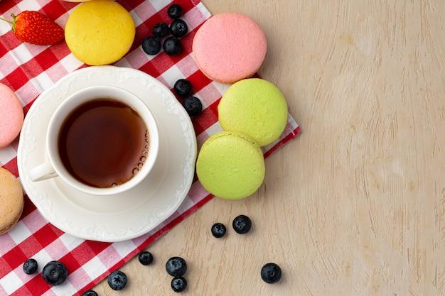 カラフルなクッキーとコーヒーのカップをクローズアップ