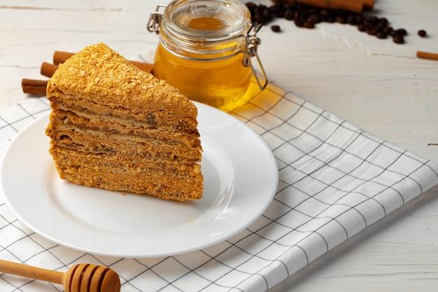 プレート上の層状の蜂蜜ケーキのスライス