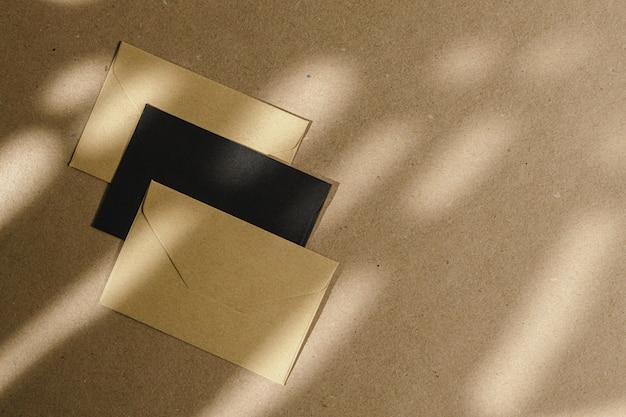 葉の影とコルクボード上の封筒