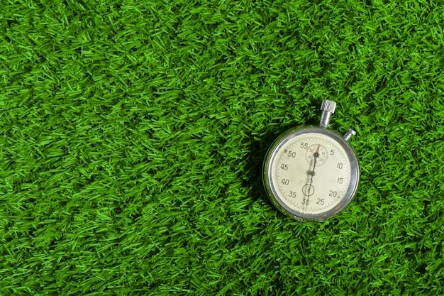 緑の芝生の上の銀クロノメーター