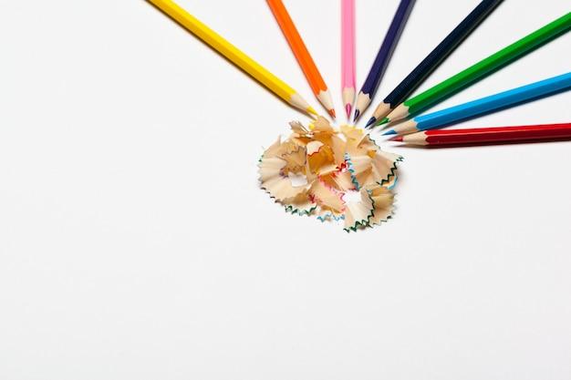 白で隔離される鉛筆&鉛筆の削りくず