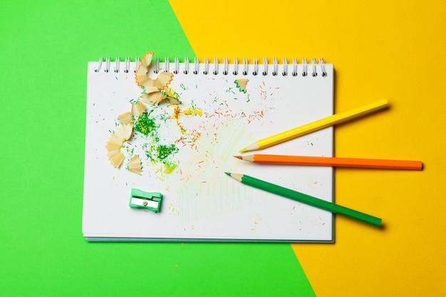 空白のメモ帳と鉛筆色のテーブル