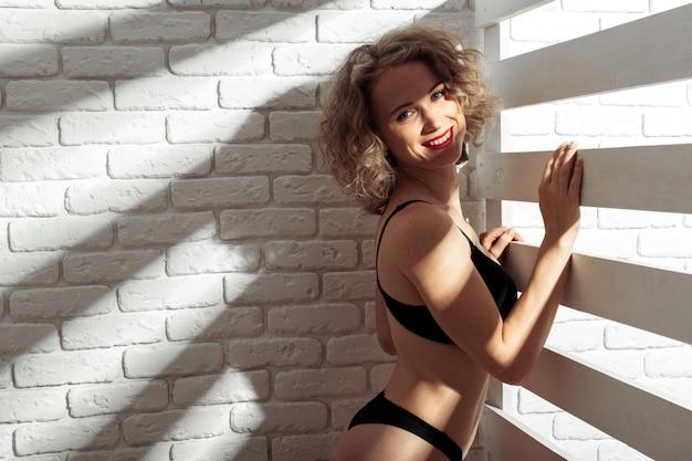 Молодая красивая девушка голая
