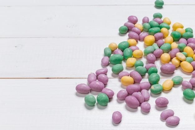 Разноцветные конфеты на деревянном