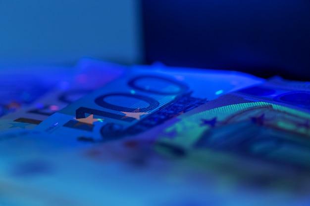 お金を確認する
