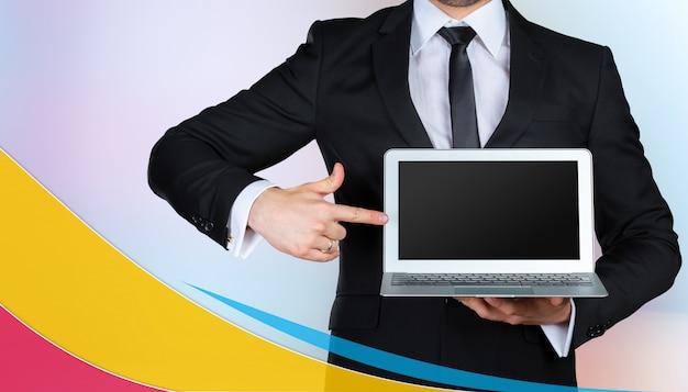 Бизнесмен и ноутбук